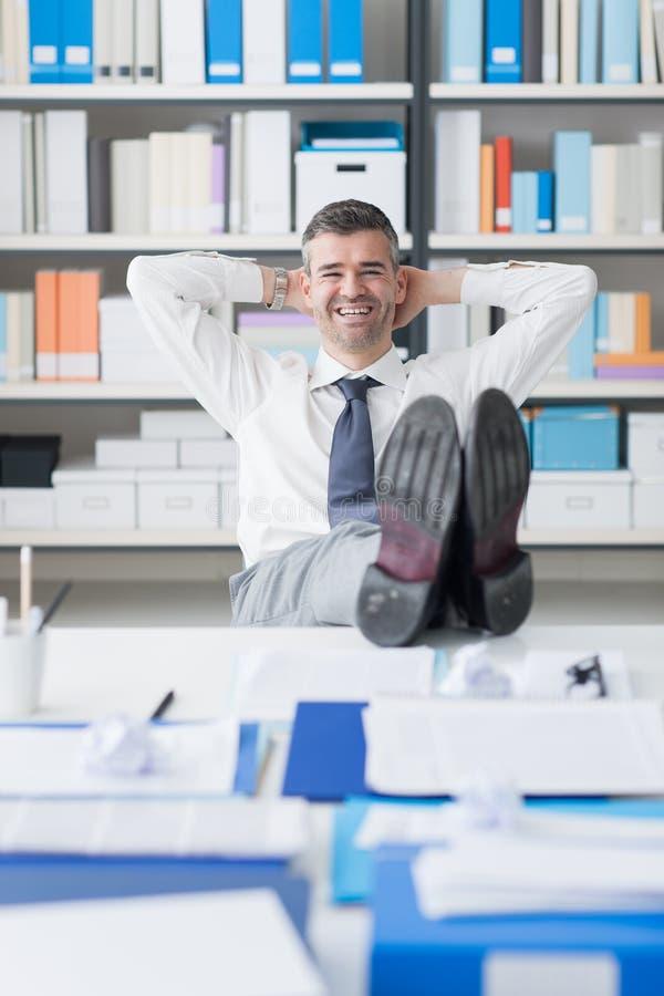 Homme d'affaires paresseux dans son bureau images stock
