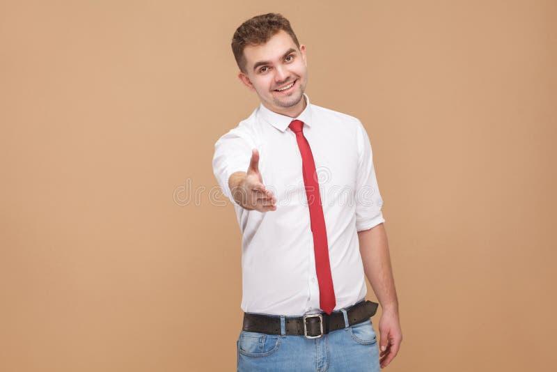 Homme d'affaires parfait montrant salut, bonjour signe et nouveau travail bienvenu image stock