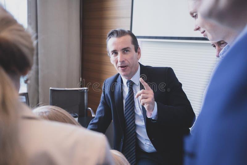 Homme d'affaires parlant ? ses coll?gues images stock