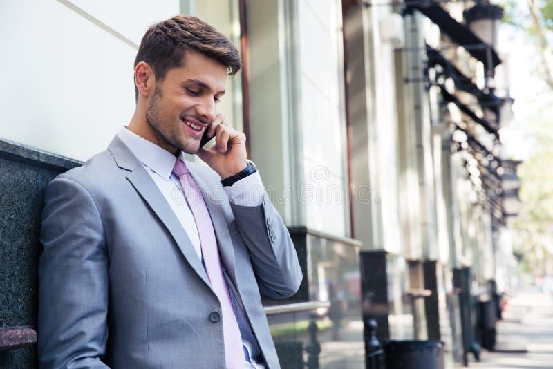 Homme d'affaires parlant au téléphone photos stock