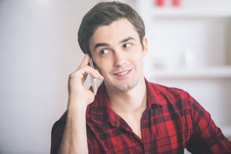 Homme d'affaires parlant au téléphone photo libre de droits