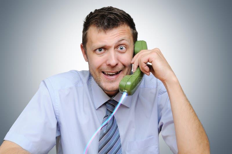 Homme d'affaires parlant au téléphone, concept image stock