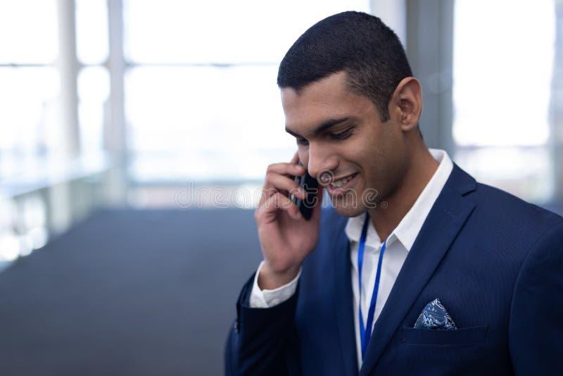 Homme d'affaires parlant au téléphone portable dans le bureau photos libres de droits