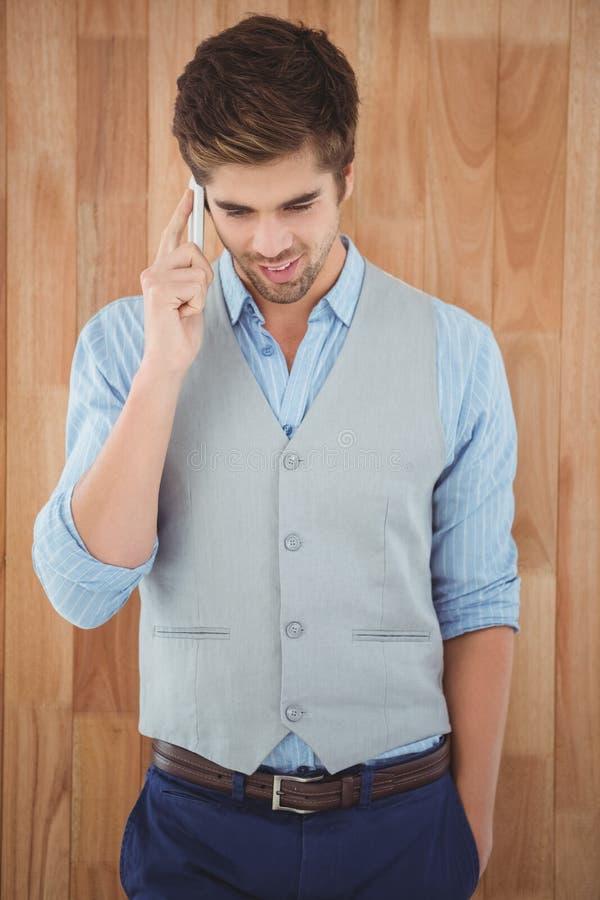 Homme d'affaires parlant au téléphone portable se tenant dans le bureau image stock