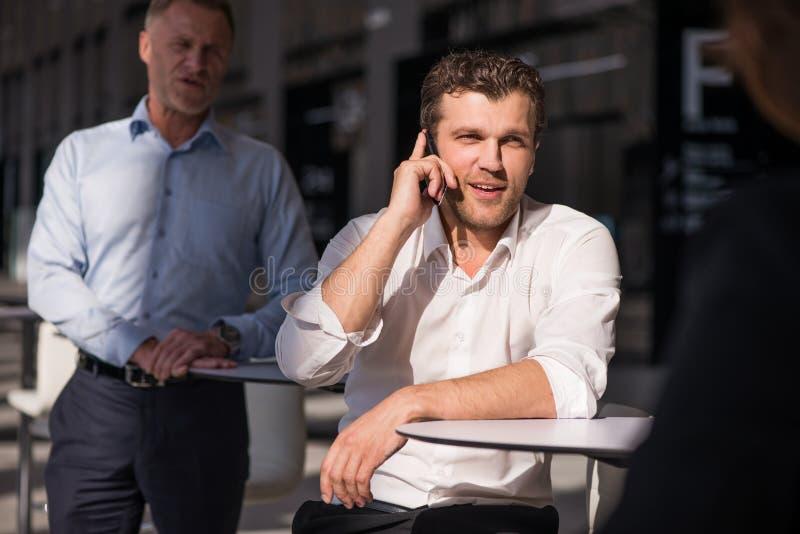 Homme d'affaires parlant au t?l?phone photo stock