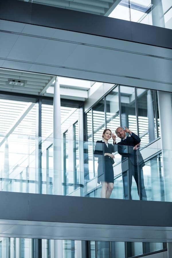 Homme d'affaires parlant avec des collègues photo libre de droits