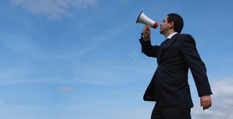 Homme d'affaires parlant avec un mégaphone photo stock