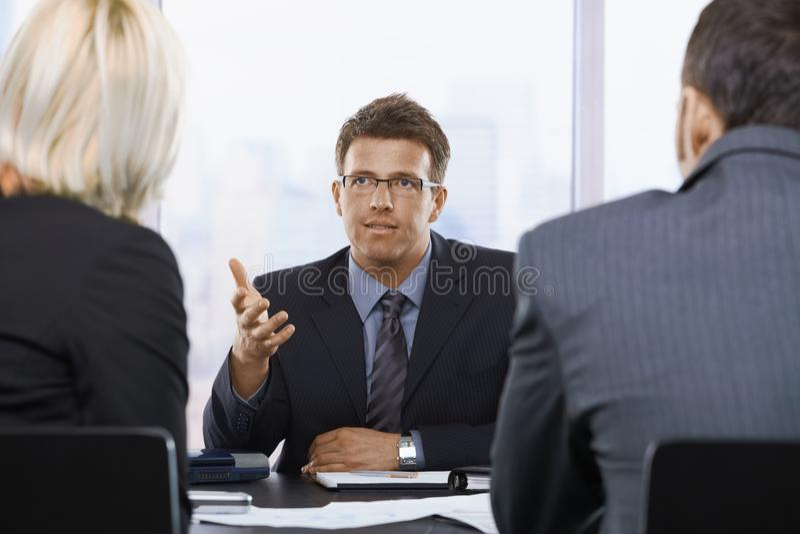 Homme d'affaires parlant lors du contact photo libre de droits