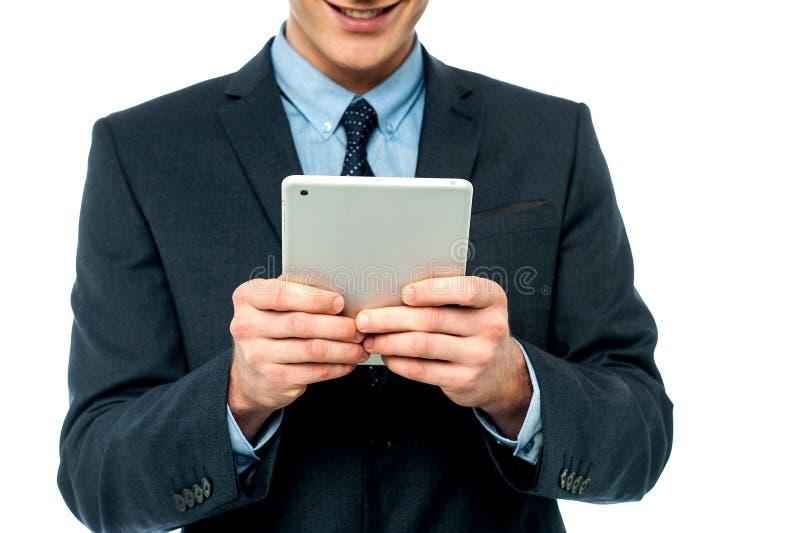 Homme d'affaires passant en revue sur le PC de comprimé photos stock
