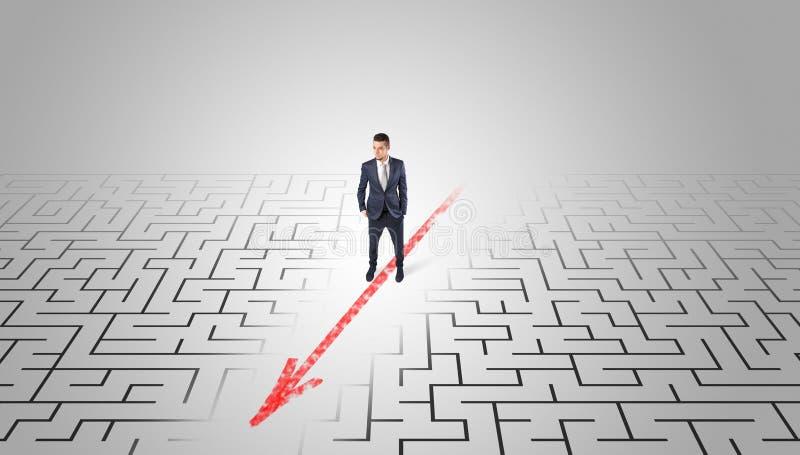 Homme d'affaires passant par le labyrinthe photo stock