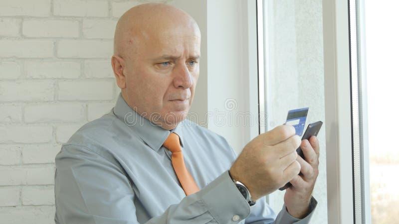 Homme d'affaires Paying Online Shopping avec la carte de crédit utilisant Smartphone photos libres de droits