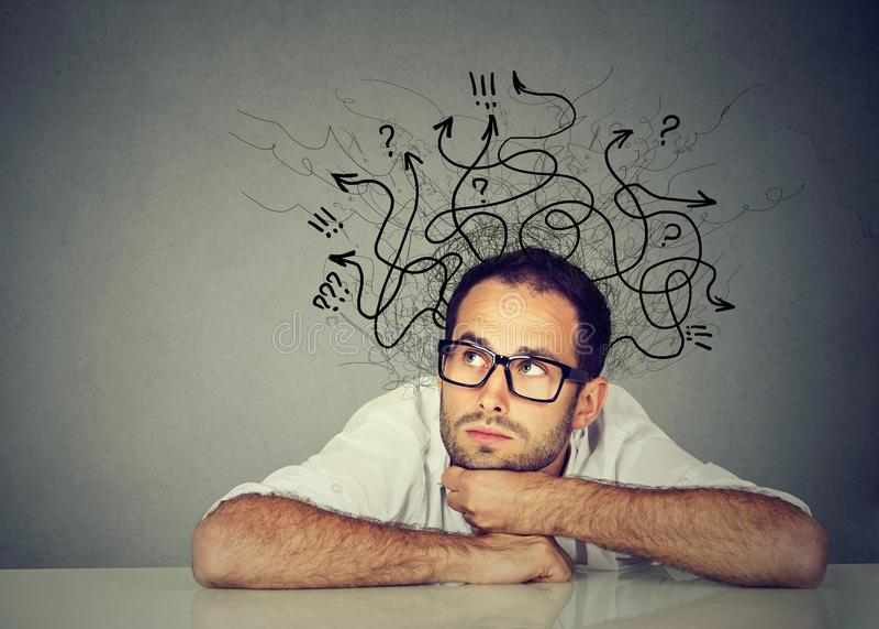 Homme d'affaires pensant contemplant une solution image stock