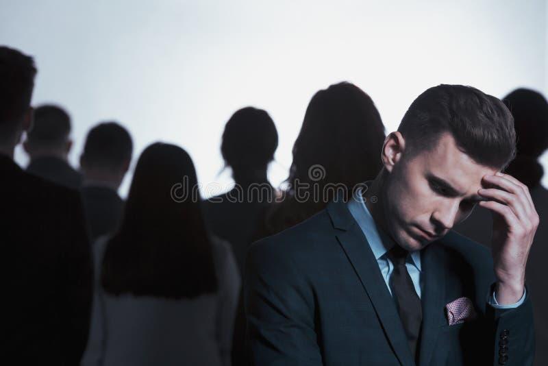 Homme d'affaires pensant dans une foule photos libres de droits