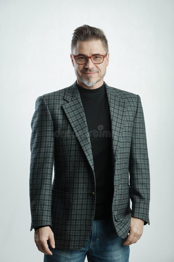 Homme d'affaires plus âgé heureux dans le tenue professionnelle décontractée photo stock