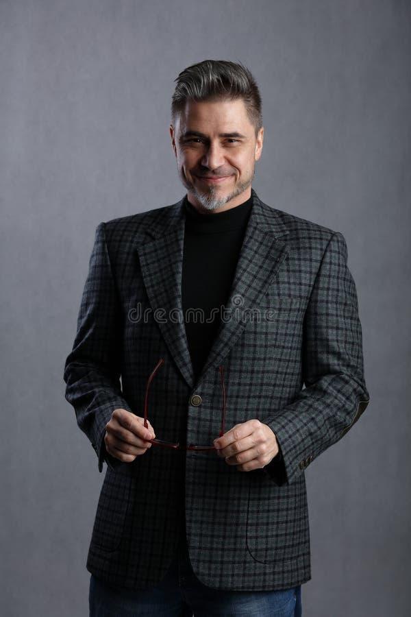Homme d'affaires plus âgé heureux dans le tenue professionnelle décontractée image libre de droits