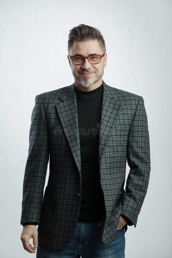 Homme d'affaires plus âgé heureux dans le tenue professionnelle décontractée image stock