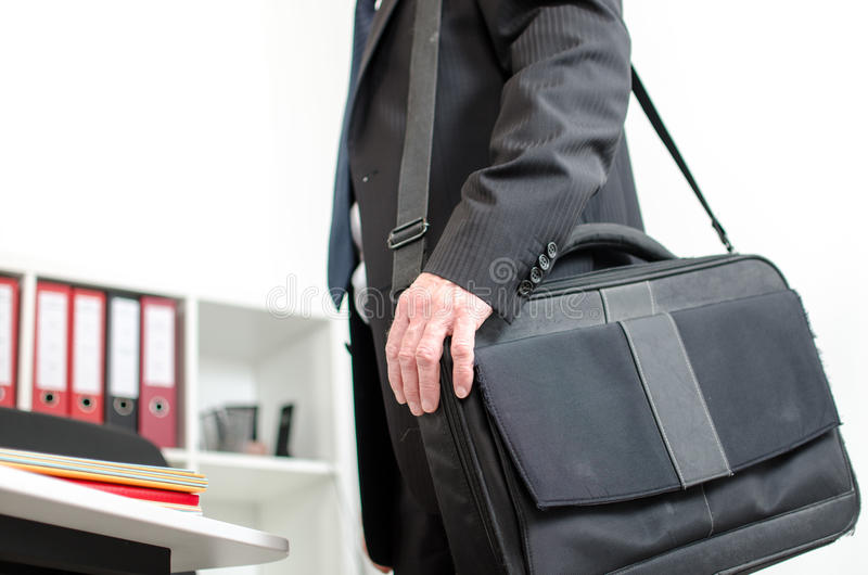 Homme d'affaires portant sa valise d'ordinateur portable sur son épaule images libres de droits