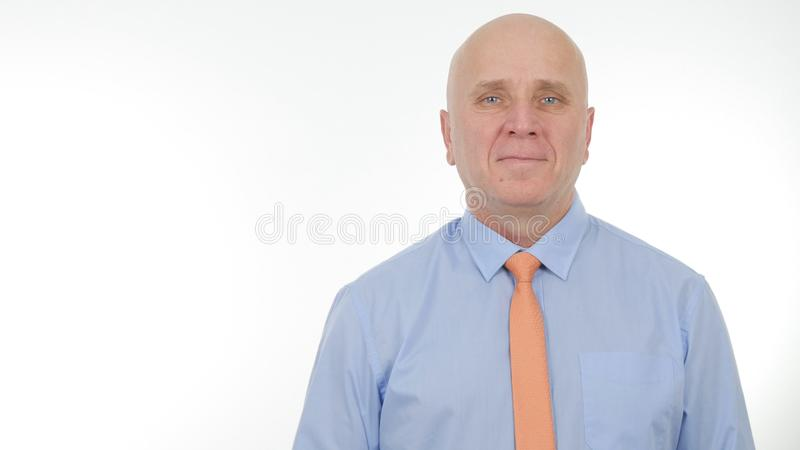 Homme d'affaires Portrait Smiling Happy et satisfait dans la présentation de société image libre de droits