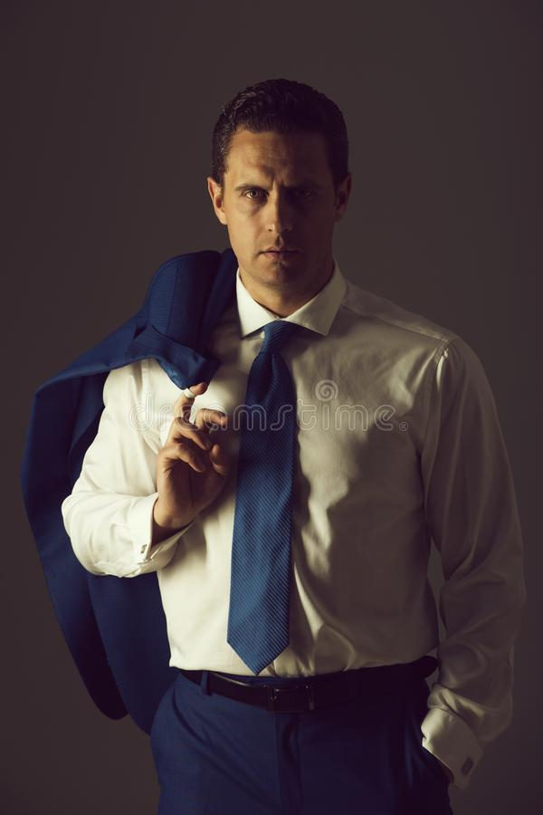 Homme d'affaires posant dans la chemise blanche à la mode photos libres de droits