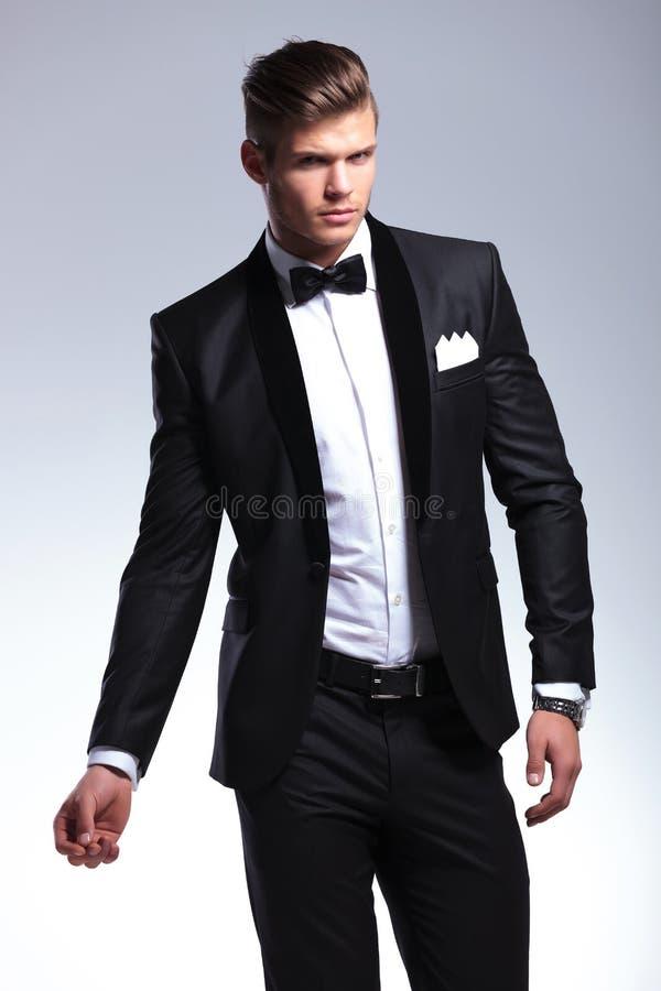 Homme d'affaires posant sur le gris photo stock