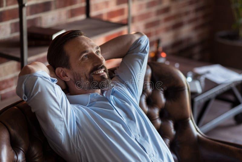 Homme d'affaires positif gai prenant le plaisir dans sa relaxation photo stock