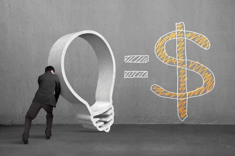 Homme d'affaires poussant la forme d'ampoule de granit avec le symbole dollar photo libre de droits