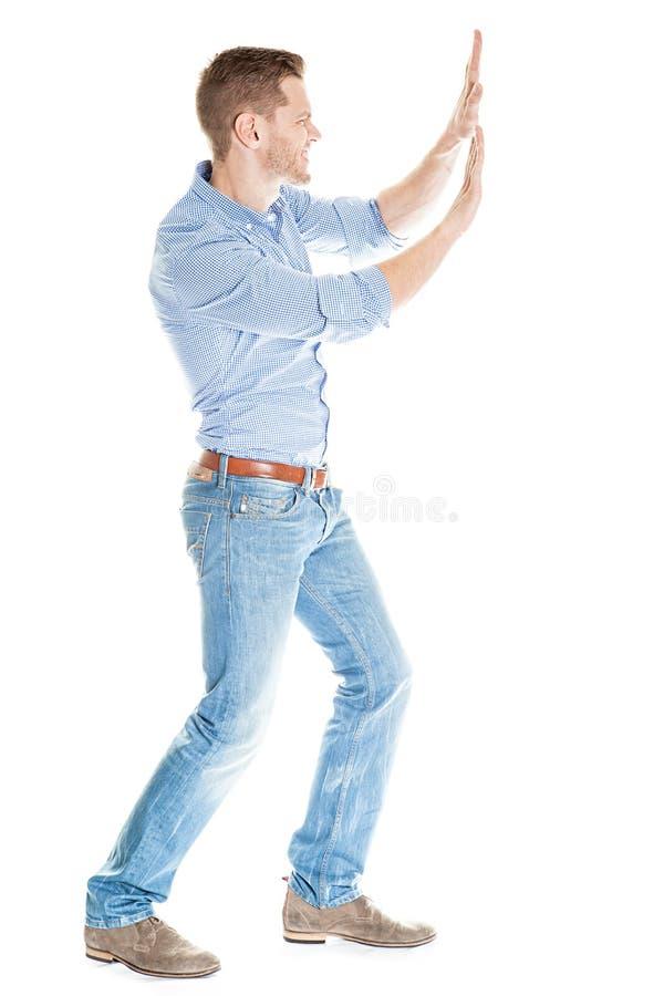 Homme d'affaires poussant le mur invisible sur le fond blanc photographie stock libre de droits