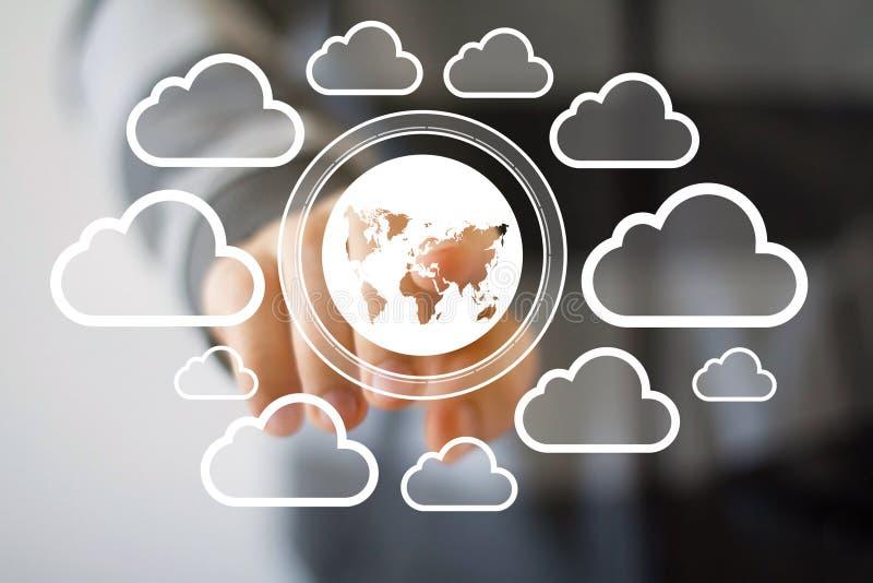 Homme d'affaires poussant le réseau de nuage de symbole de carte de bouton de Web photo libre de droits