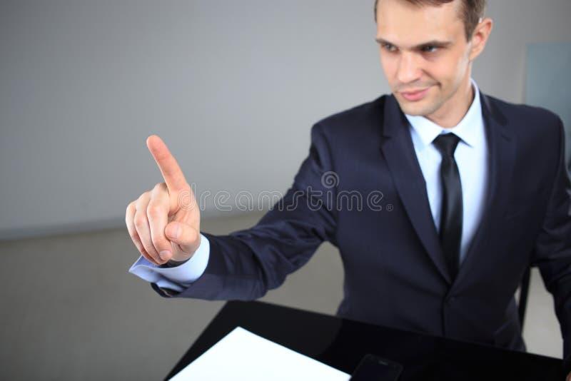 Homme d'affaires poussant un pâle dans l'espace photos stock
