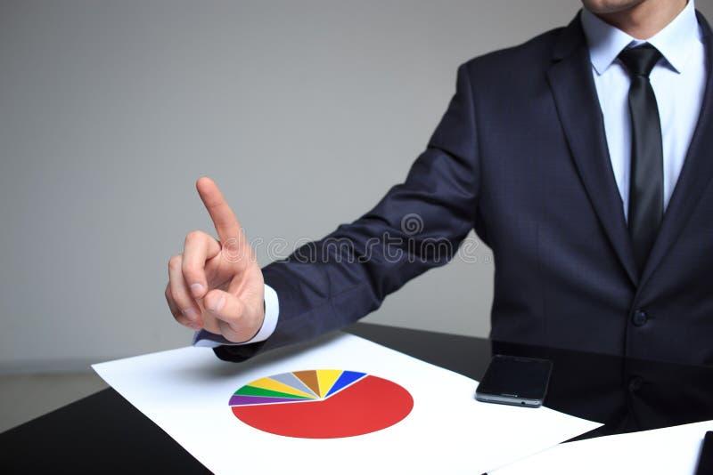 Homme d'affaires poussant un pâle dans l'espace image libre de droits