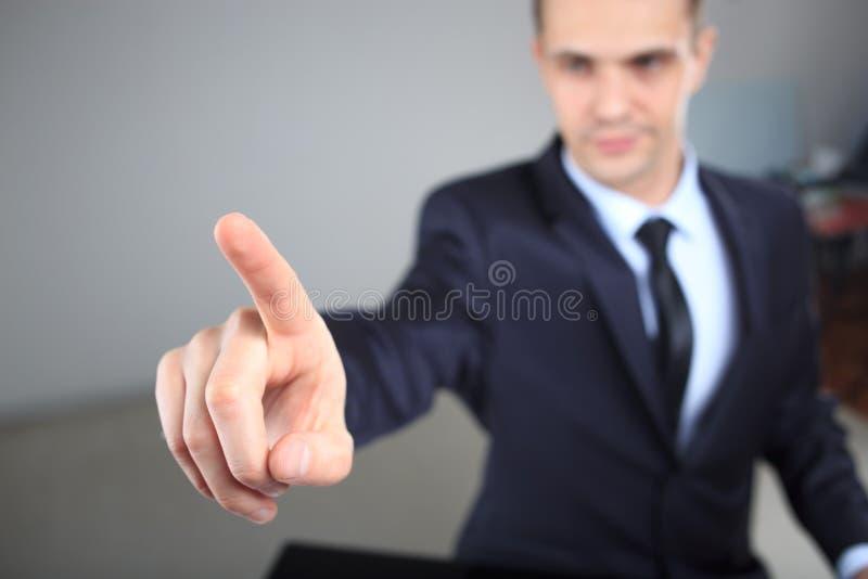 Homme d'affaires poussant un pâle dans l'espace images libres de droits