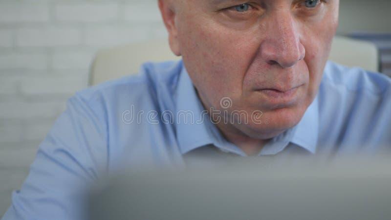 Homme d'affaires préoccupé et sûr Working With Laptop dans la chambre de bureau image stock