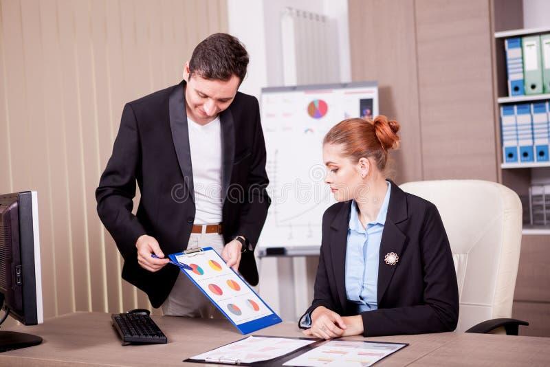 Homme d'affaires présent à son collègue un diagramme photographie stock libre de droits