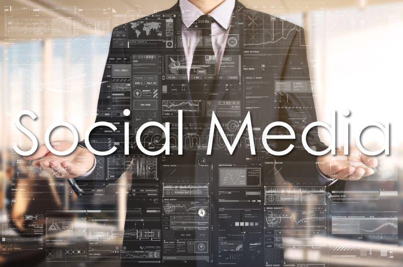 Homme d'affaires présent à texte le media social sur l'écran virtuel Il est dans le bureau photographie stock libre de droits