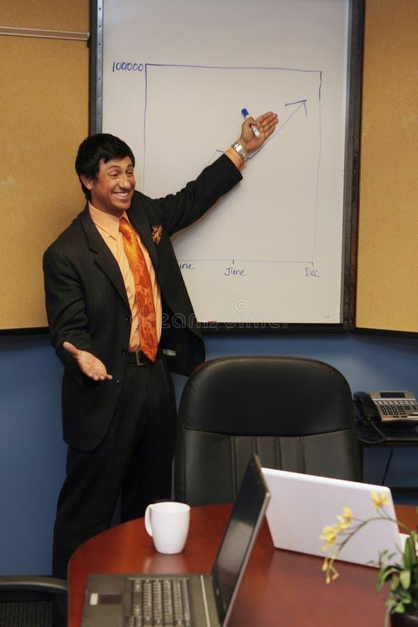 Homme d'affaires présentant un exposé image libre de droits