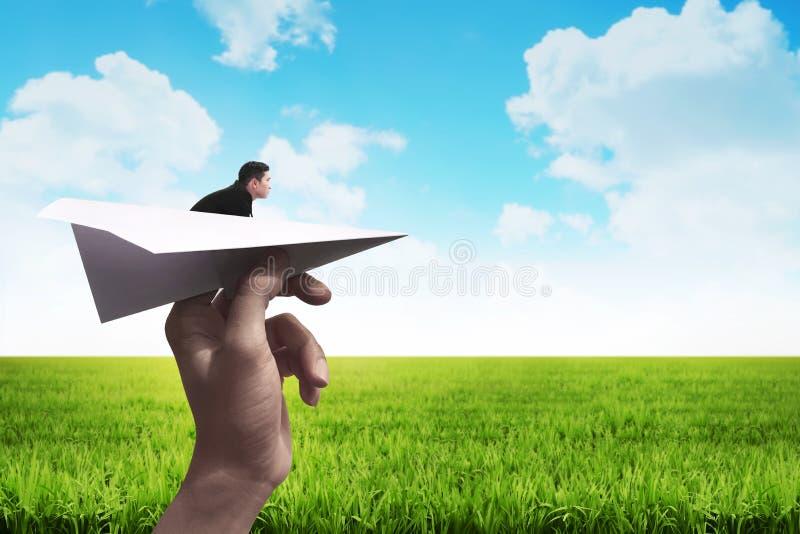 Homme d'affaires prêt à lancer avec l'avion de papier photographie stock