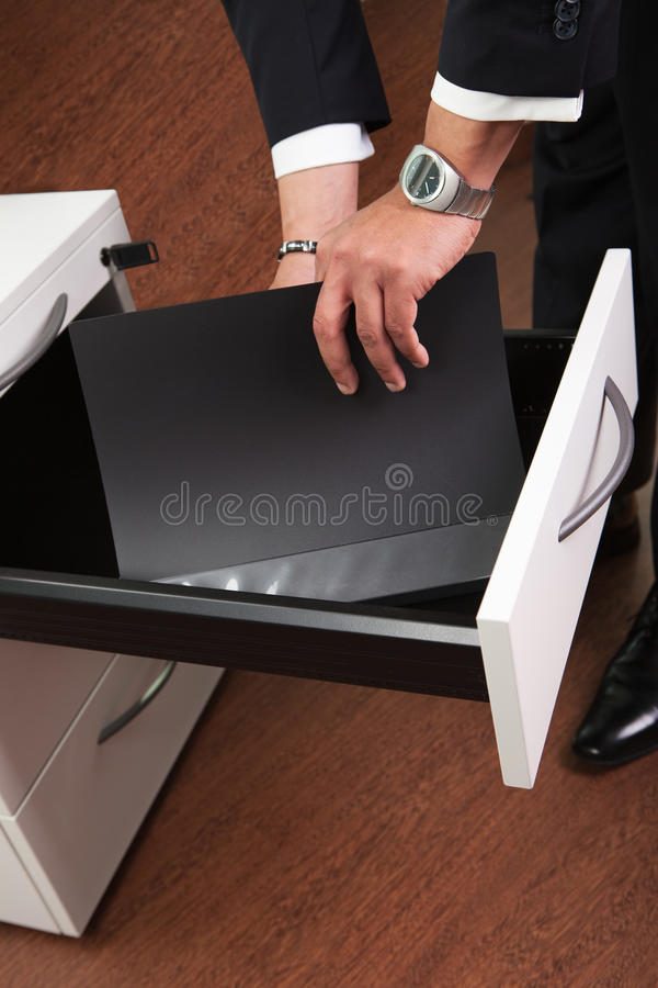 Homme d'affaires prenant des documents photos stock