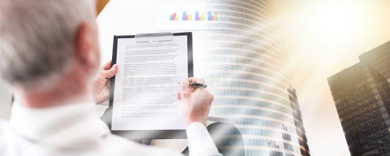 Homme d'affaires prenant des notes ; exposition multiple photographie stock libre de droits