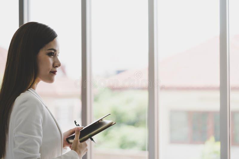 Homme d'affaires prenant la note dans le bureau pour le concept de confiance de femme photo stock