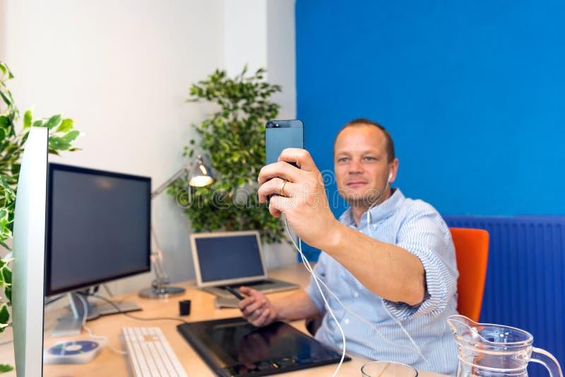 Homme d'affaires prenant un selfie image stock