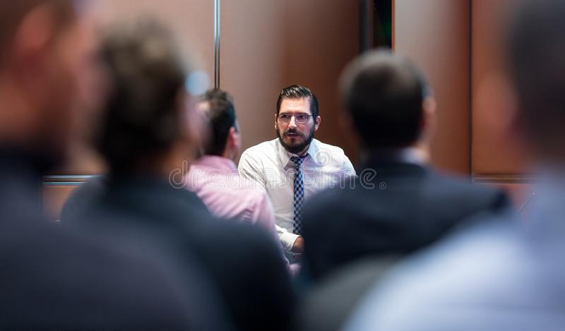 Homme d'affaires Presenting de Skiled un projet à sa réunion de compagnie d'atl d'équipe de travail photos stock