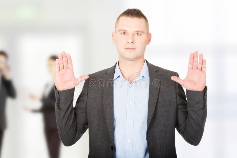 Homme d'affaires pressant l'écran abstrait photographie stock