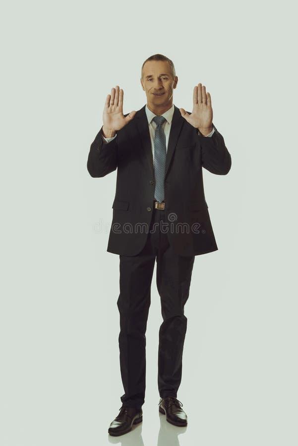 Homme d'affaires pressant l'écran abstrait photo libre de droits