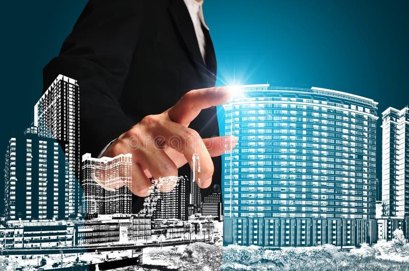 Homme d'affaires pressant un bâtiment ou un paysage urbain photo libre de droits