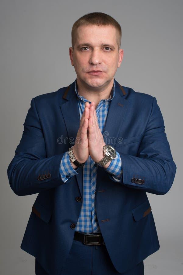 Homme d'affaires priant pour l'aide photo libre de droits