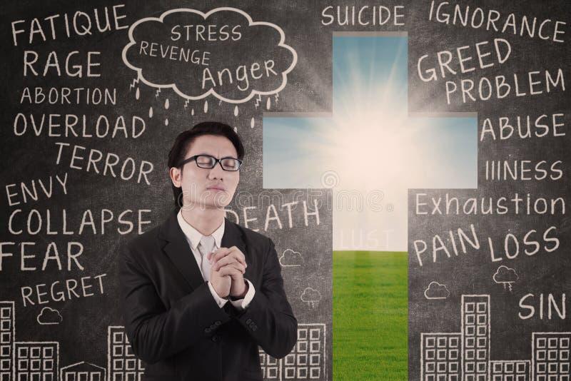 Homme d'affaires priant sur le fond de tableau et de croix illustration de vecteur