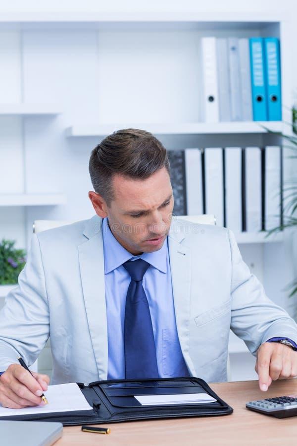 Download Homme D'affaires Professionnel Faisant Quelques Calculs Image stock - Image du caucasien, businessman: 56483323