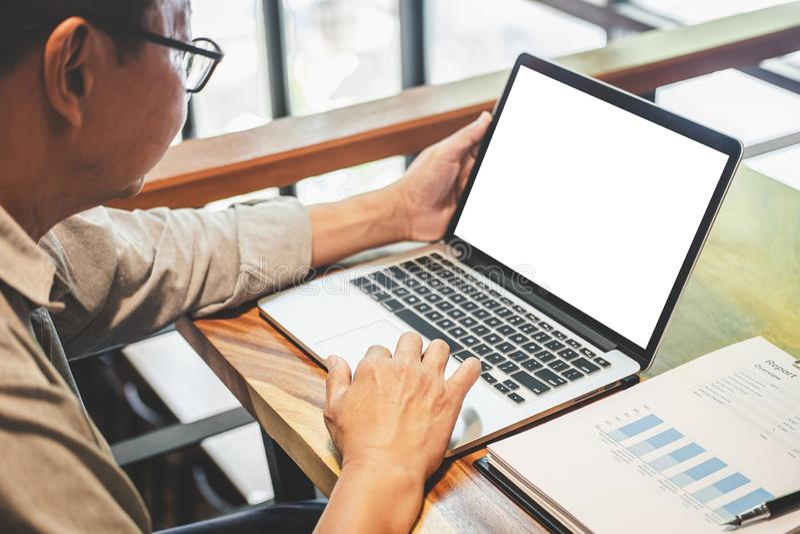 Homme d'affaires professionnel supérieur dans la tenue de détente fonctionnant utilisant l'ordinateur portable en café avec le fo images stock