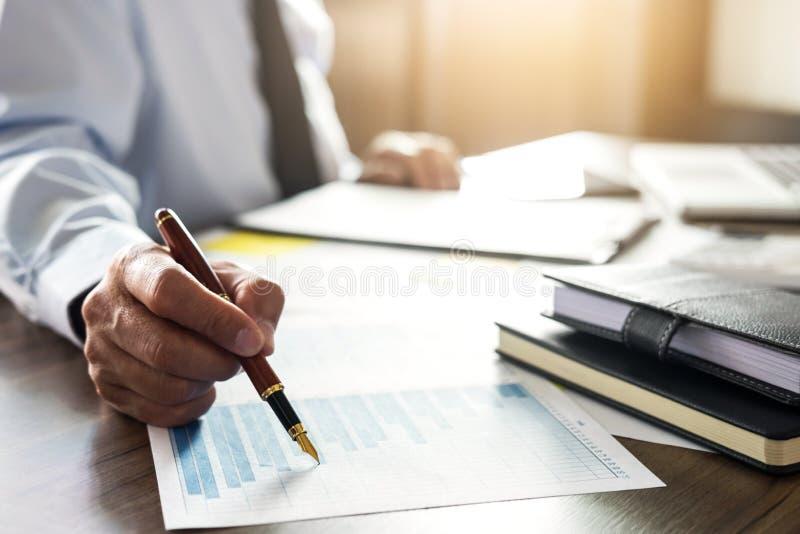 Homme d'affaires professionnel travaillant avec la calculatrice, faisant des finances images stock