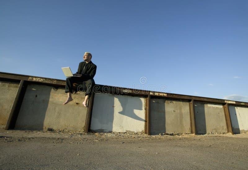 Homme d'affaires punk aux pieds nus photos libres de droits